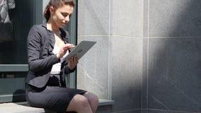 Internet di lettura rapida della donna di affari sulla compressa video d archivio