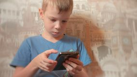Internet di sette anni di lettura rapida del ragazzo sul suo telefono cellulare con il fronte serio archivi video