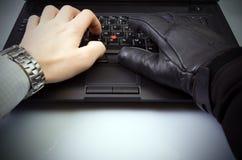 Internet-Diebstahl auf Laptoptastatur Stockbild