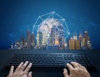 Internet, digitale Vernetzung und Verbindung Handschreibencomputertastatur- und -Netzwerkverbindung und die Stadt Element von lizenzfreies stockfoto
