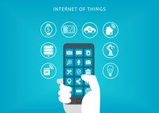 Internet do conceito das coisas Ilustração do vetor da mão que guarda o telefone esperto Fotografia de Stock