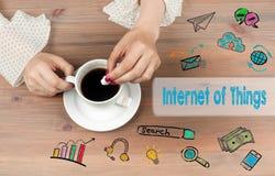 Internet do conceito das coisas Opinião superior de copo de café no backgroundr de madeira da tabela Fotografia de Stock