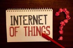 Internet do texto da escrita das coisas Bolas de papel avermelhadas da conectividade da eletrônica de Digitas da globalização da  fotos de stock royalty free