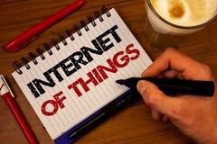 Internet do texto da escrita da palavra das coisas Conceito do negócio para o aperto bl da mão da conectividade da eletrônica de  fotos de stock