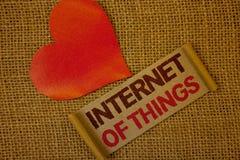 Internet do texto da escrita da palavra das coisas Conceito do negócio para o rosa da alfazema da conectividade da eletrônica de  imagem de stock