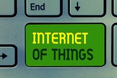 Internet do texto da escrita da palavra das coisas O conceito do negócio para a conexão dos dispositivos à rede a enviar recebe d imagens de stock royalty free