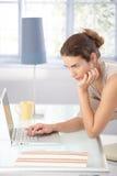 Internet Durchstöberns der jungen Frau zu Hause Lizenzfreies Stockfoto