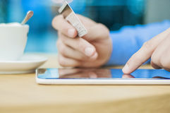 Internet-Einkaufsmann online mit Tabletten-PC und -Kreditkarte lizenzfreies stockbild