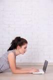 Internet et concept social de media - belle femme se trouvant sur Photos libres de droits