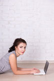 Internet et concept social de media - vue de côté de belle femme Images libres de droits