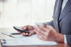 Internet för affärspersonsökande på smartphonen Arkivfoto