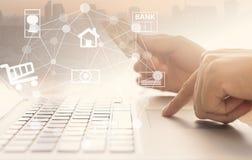 internet för jordklot för kreditering för bankrörelsekortbegrepp planerar betalningvärlden Arkivfoton