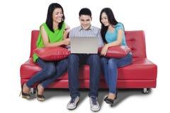 Internet felice di lettura rapida dell'adolescente online Fotografia Stock Libera da Diritti
