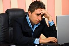 Internet forçado da consultação do homem de negócios Imagens de Stock