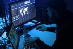 Internet-fraude, darknet, gegevens thiefs, cybergrime concept Hakkeraanval op overheidsserver Desperado's het coderen royalty-vrije stock fotografie
