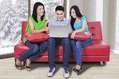 Internet gai de lecture rapide de personnes avec l'ordinateur portable Image stock