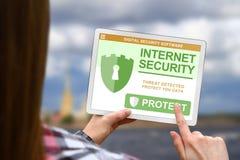 Internet-het veiligheidsconcept, meisje houdt de digitale tablet op vage wolkenachtergrond stock afbeelding
