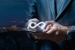 Internet ilimitado no homem de negócios da tabuleta Imagens de Stock