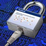 Internet-Kabel wird an das Schloss angeschlossen, in dem das Bild das facebook Homepage des Sozialen Netzes ist Sicherheit im Soz stock abbildung
