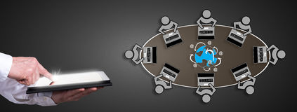 Internet-Konzept mit dem Mann, der eine Tablette verwendet Lizenzfreie Stockbilder