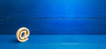 Internet-Korrespondenz, Kommunikation im Internet E-Mail-Ikone auf blauem Hintergrund Kontakte f?r Gesch?ft Herstellen von Kontak stockfoto