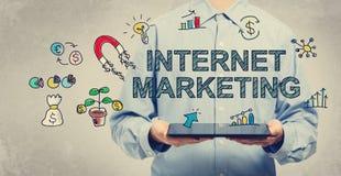 Internet-Marketing-Konzept mit dem Mann, der eine Tablette hält Stockfoto
