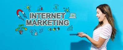 Internet-Marketing mit der Frau, die eine Tablette verwendet lizenzfreie stockfotografie