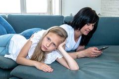 Internet missbrukad mum som använder hennes smarta telefon som ignorerar hennes ledsna ensamma barn fotografering för bildbyråer