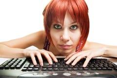 Internet-Neigung - müde Frau, die das Web surft Stockfotografie