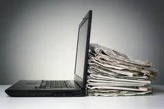 Internet och elektronisk online-nyheterna Arkivbild