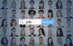 Internet- och jobbsökandebegreppet - sök stången över collage av peoen arkivbild