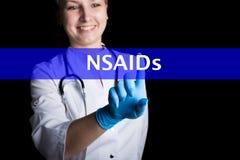Internet- och teknologibegrepp när du ler den kvinnliga doktorn trycker på ett finger på en faktisk skärm NSAIDs som är skriftlig Royaltyfri Bild