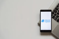 Internet-ontdekkingsreizigerembleem op het smartphonescherm Royalty-vrije Stock Afbeelding