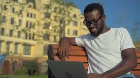 Internet praticante il surfing dell'uomo positivo all'aperto e sorridendo nella macchina fotografica stock footage
