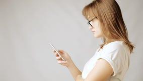Internet praticante il surfing della giovane donna attraente sullo smartphone da solo video d archivio