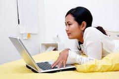 Internet praticante il surfing della ragazza Fotografia Stock