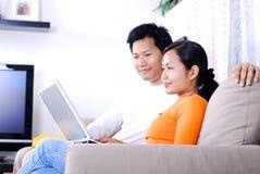 Internet praticante il surfing delle coppie Fotografia Stock