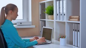 Internet praticante il surfing dello studente sul pc all'interno archivi video