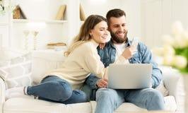 Internet praticante il surfing I giovani coppia il rilassamento con il computer portatile immagini stock libere da diritti