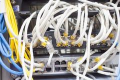 Internet principal del servidor del estante conectado con los cables LAN estorbados imagenes de archivo