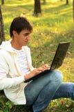 Internet que conversa no parque foto de stock