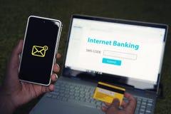 Internet que deposita concepto en línea de la tecnología del pago Vino la contraseña de SMS de su teléfono móvil de la cuenta per fotografía de archivo