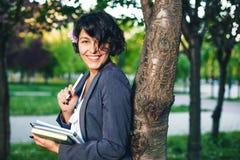 Internet que estudia al aire libre en el parque Imágenes de archivo libres de regalías