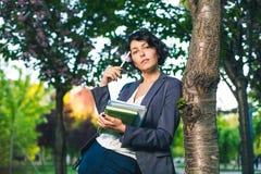 Internet que estudia al aire libre en el parque Fotografía de archivo