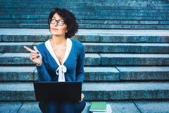 Internet que estudia al aire libre en el parque Fotografía de archivo libre de regalías