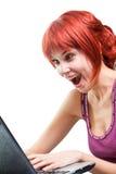 Internet que practica surf de la mujer feliz en la computadora portátil Fotografía de archivo