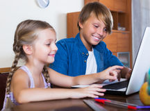 Internet que practica surf del adolescente y de la hermana Foto de archivo libre de regalías