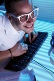 Internet que practica surf del empollón en la noche imagenes de archivo