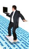 Internet que practica surf del hombre