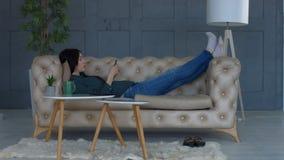 Internet rilassato di lettura rapida della donna sul telefono cellulare stock footage